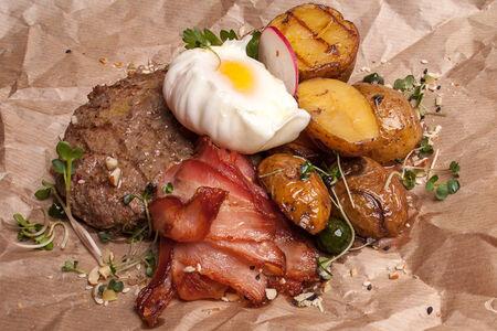 Рубленый бифштекс с яйцом и беконом