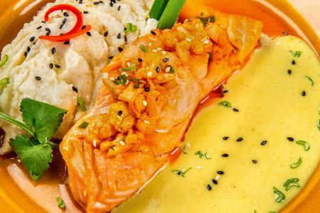 Стейк из лосося с пюре из цветной капусты