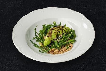 Салат из киноа с авокадо