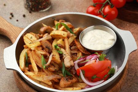 Жареный картофель с курицей и грибами