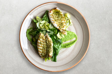 Салат Зеленый с кальмаром гриль