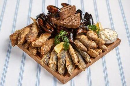 Рыбное ассорти: жареные барабулька, ставридка, бычки и мидии с соусом тартар и чёрным хлебом