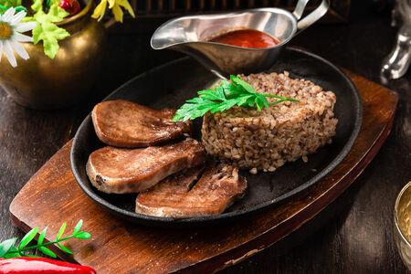 Сковородка с говяжьим языком и гречкой