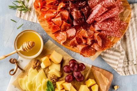 Ассорти сыровяленых колбас