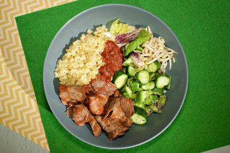 Булгур пряный с ростбифом в красном соусе и салат с битыми огурцами и проростками Маша