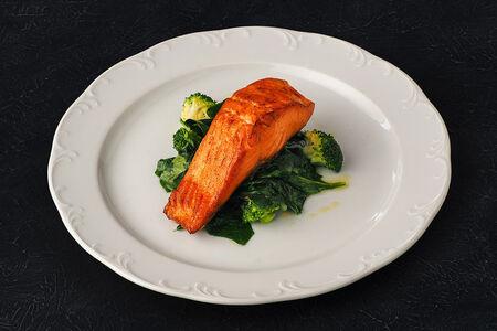 Стейк из лосося со шпинатом и брокколи