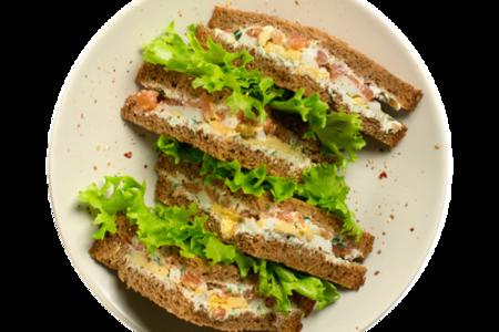 Клаб сэндвич с копченым лососем и яйцом