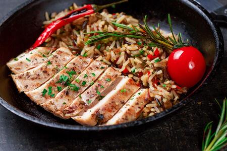 Филе фермерского цыпленка гриль с рисом-микс и овощами
