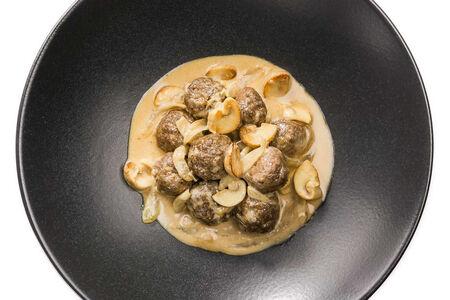 Митболы из говядины в сливочно-грибном соусе
