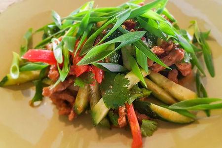 Салат с обжаренной телятиной по-восточному