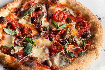 Пицца с артишоками и анчоусами