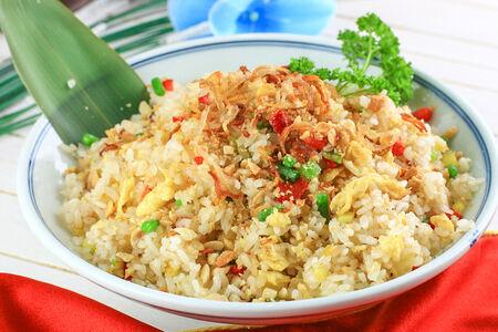 Жареный рис с яйцом и овощами