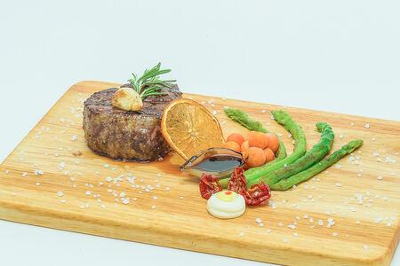 Стейк филе-миньон со стручковой фасолью