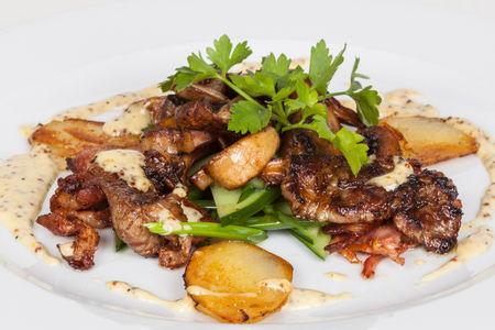 Теплый салат с ломтиками свинины