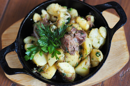 Картофель с говяжьей тушенкой