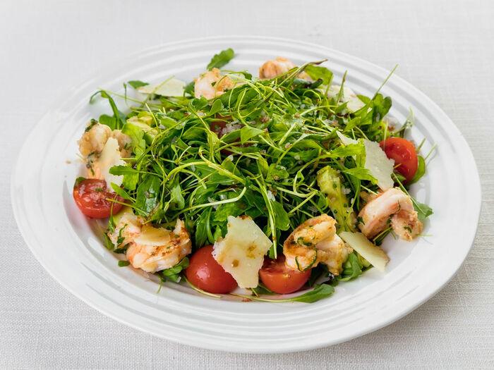 Классический салат из рукколы с креветками