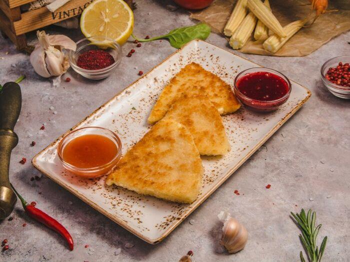 Жареный сулугуни с соусом Сладкий чили и ягодный