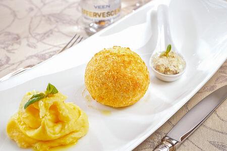 Куриный шар с картофельным пюре
