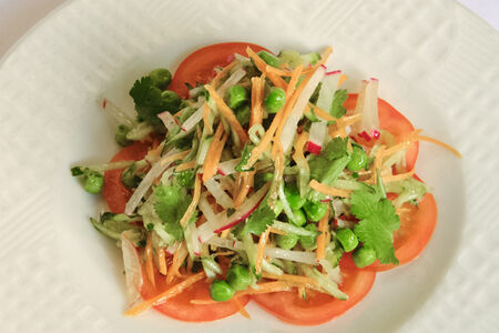 Салат с зеленым горошком и имбирной заправкой