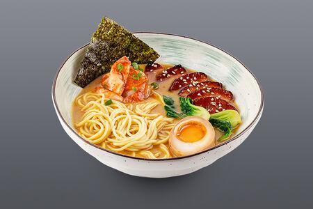 Суп Тонкацу рамен с запеченной свиной грудинкой и кимчи