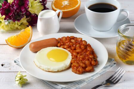 Фасоль в томатном соусе + сосиска + яйцо жареное + чай