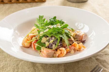 Салат с форелью и креветками