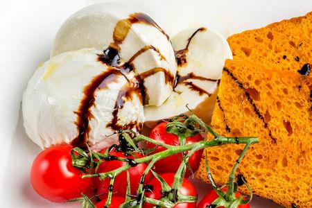 Моцарелла со спелыми томатами