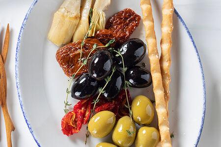 Оливки, маслины, вяленые томаты, артишоки и гриссини