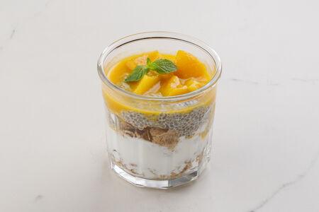 Гранола с соусом персик-манго и семенами чиа
