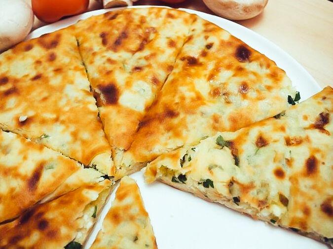 Осетинский пирог с тёртым картофелем, адыгейским сыром и зеленью