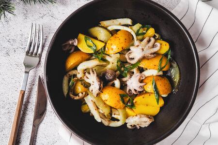 Салат с осьминогами и бэби картофелем