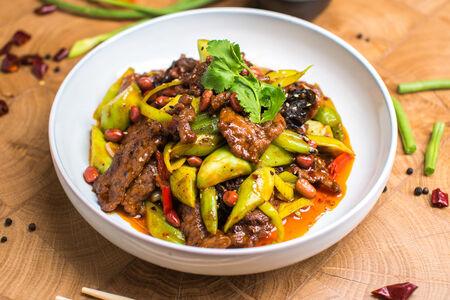 Пикантная говядина вок с луком-порей и арахисом по-ланьчжоуски