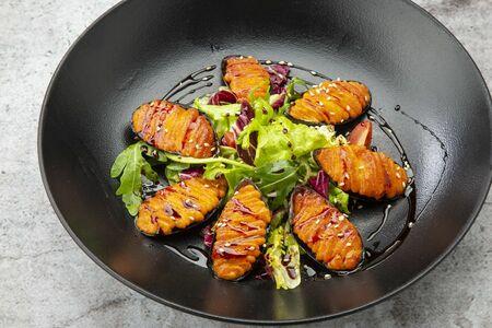 Мидии беломорские с миксом салата