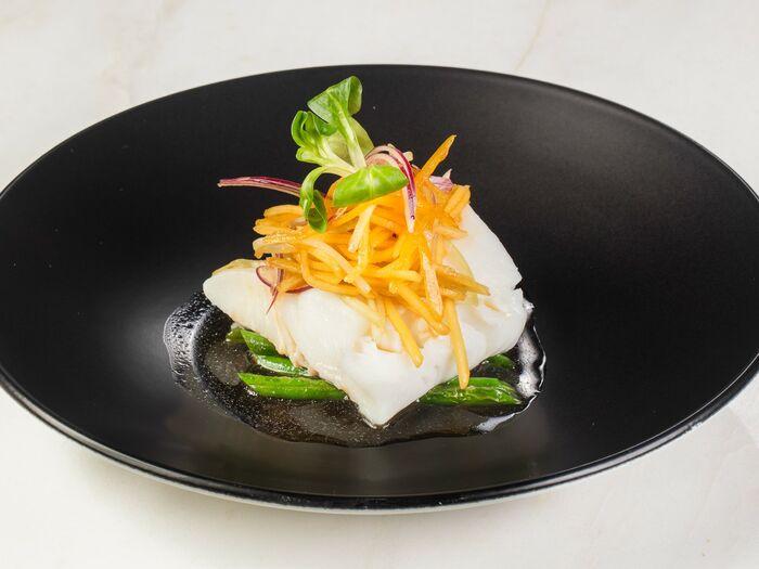 Палтус с тайским салатом и зеленой фасолью