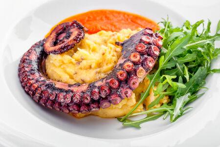 Жареный осьминог с картофелем по-средиземноморски