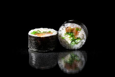 Ролл с лососем и водорослями чука