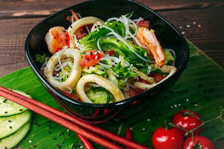 Салат с фунчозой, кальмаром и креветкой