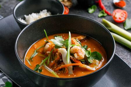 Суп Том ям потак с морепродуктами и овощами