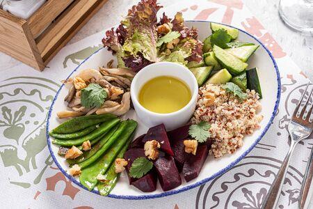 Теплый салат со свеклой, киноа, вешенками и зеленым горошком