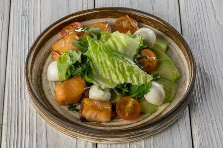 Салат с жареным лососем, сладким соусом чили и моцареллой