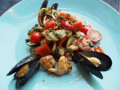 Горячий салат с морепродуктами