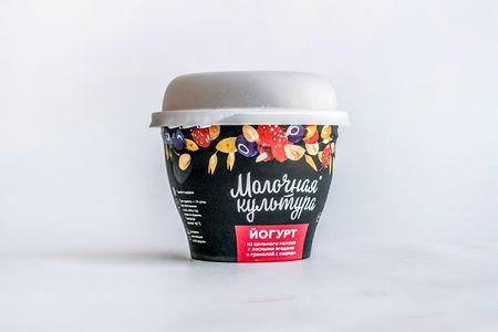 Йогурт Молочная Культура с лесными ягодами, изюмом и гранолой