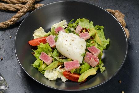Салат Нисуаз с яйцом пашот