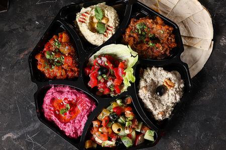 Мезе ассорти марокканских закусок с питой