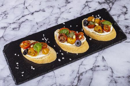 Пинчос с томатами и песто