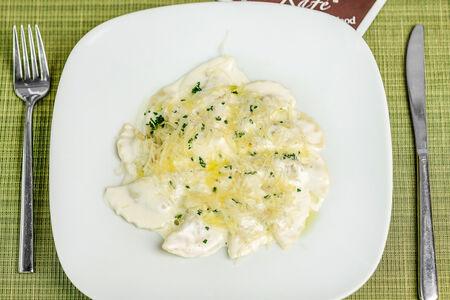 Меццелуне с мясом в соусе из пармезана