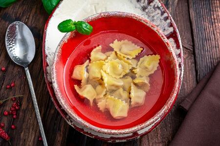 Суп с тортеллини в бульоне