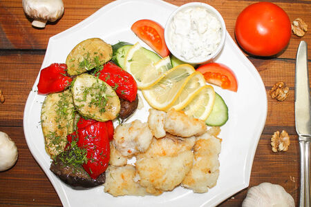 Треска жареная с овощами