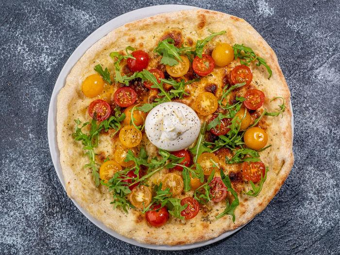 Пицца с бурратой и томатами