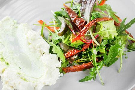 Салат с печеными овощами и сыром